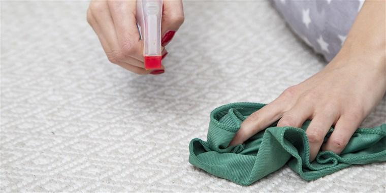 پاک کردن لکهها از روی فرش ابریشمی